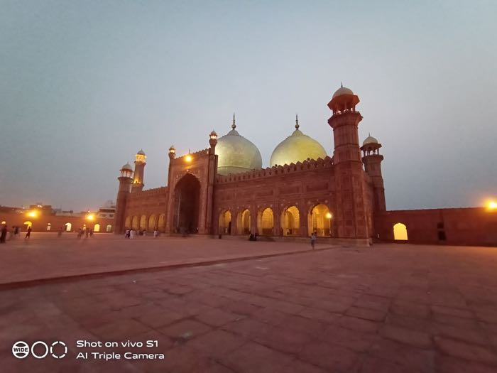 Badshahi mosque, low light, wide-angle