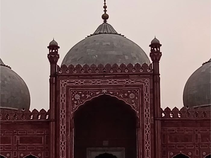 Badshahi mosque, wide-angle, zoomed-in